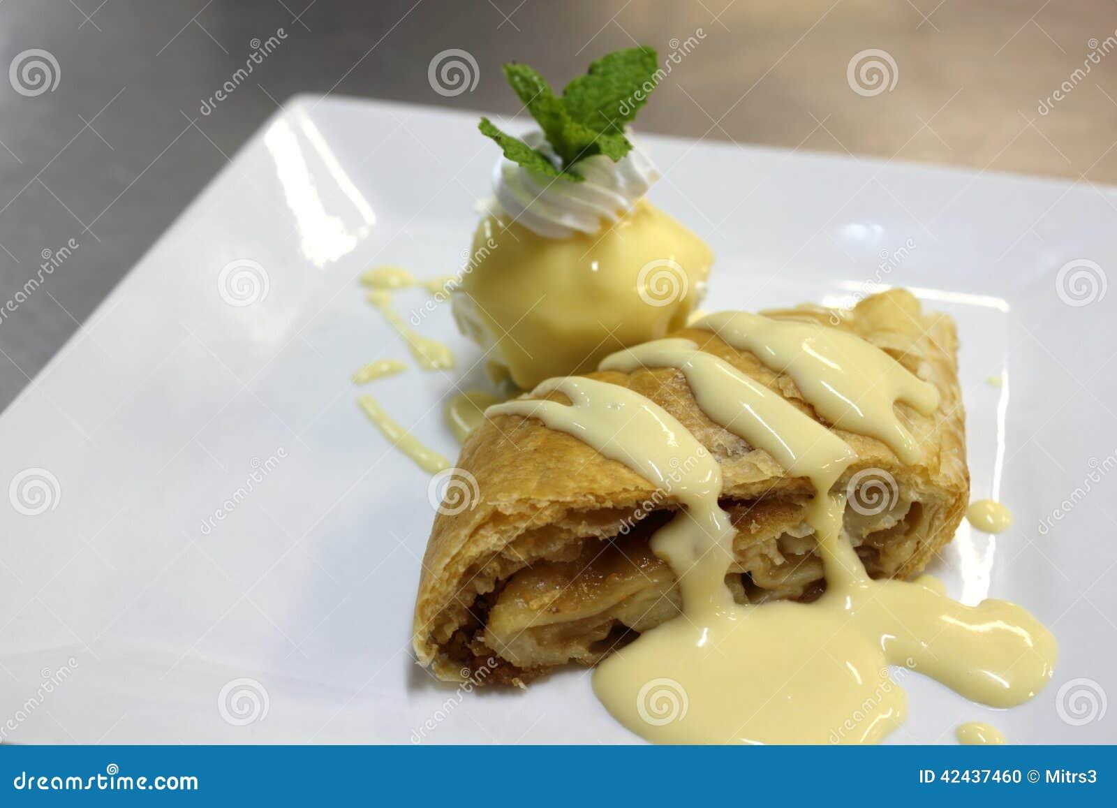 Milhojas de Apple con la salsa caliente de la vainilla