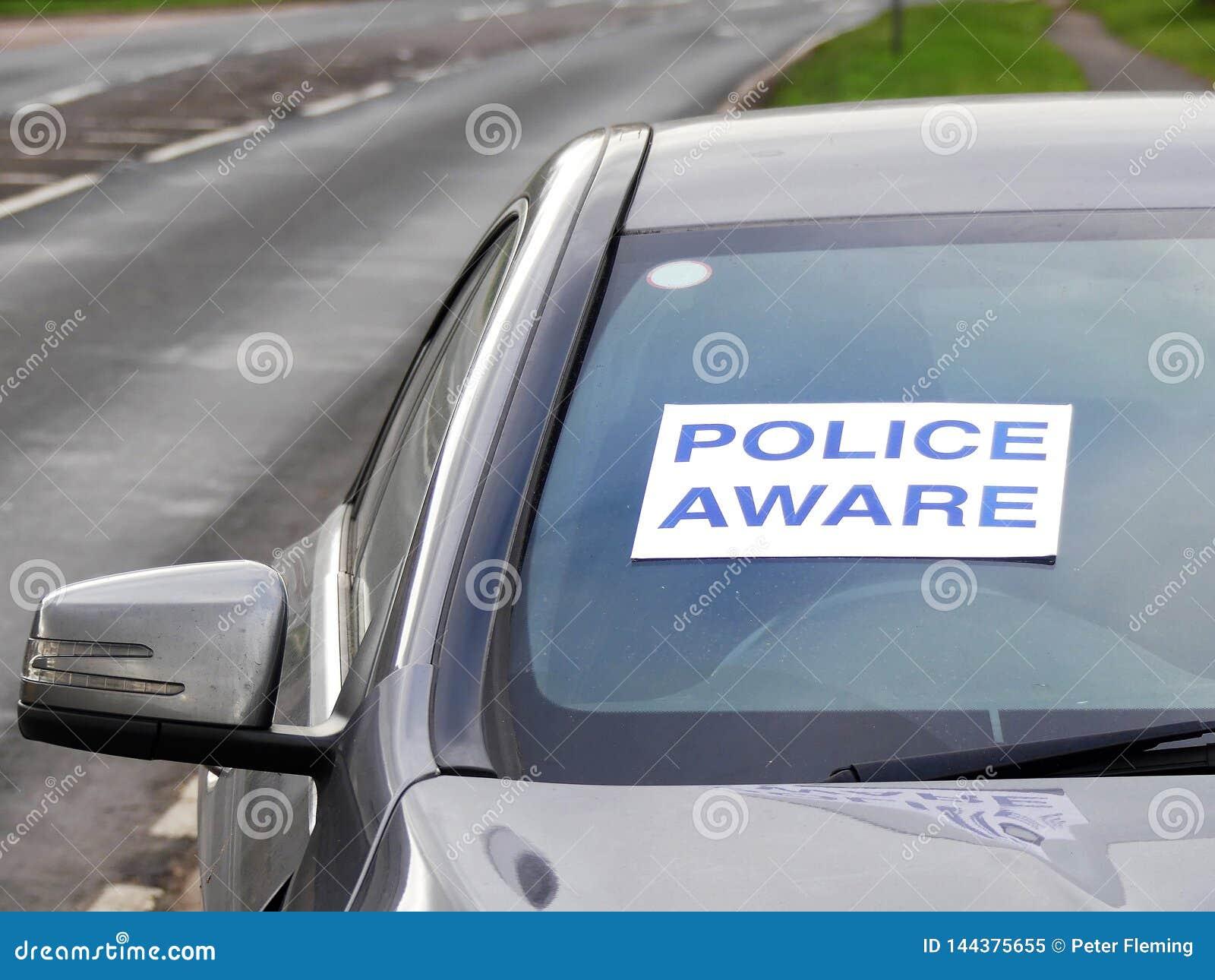 Milicyjny świadomy podpisuje wewnątrz okno wymagającego w kraksie samochodowej pojazd