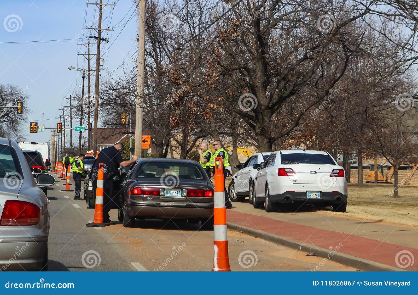 Milicyjny ciągnięcie nad czarnymi samochodami patrzeje dla someone i Peoria Ave Tulsa Oklahoma usa 02 przy 21st 14 2018