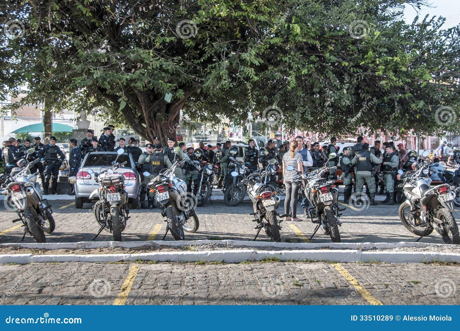 Milicyjny oddział monitoruje popularnego protest
