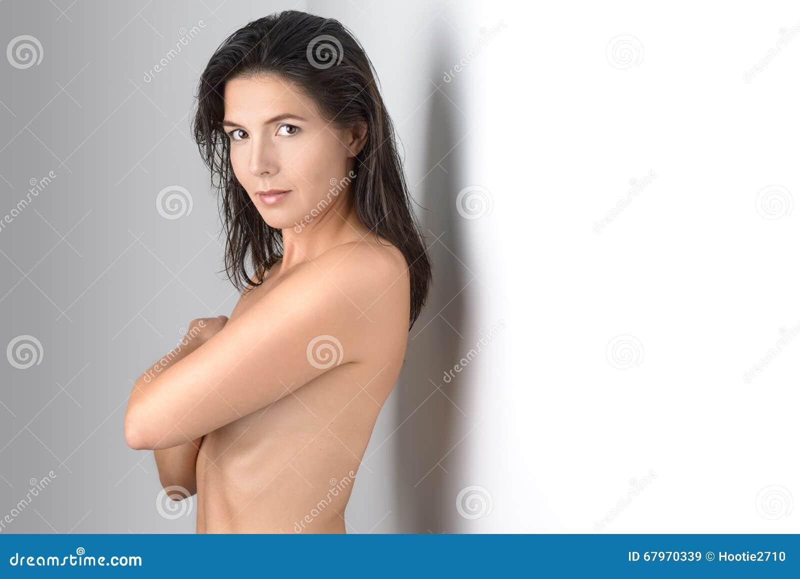 Milieu âgé grimaçant la femme couvrant son coffre