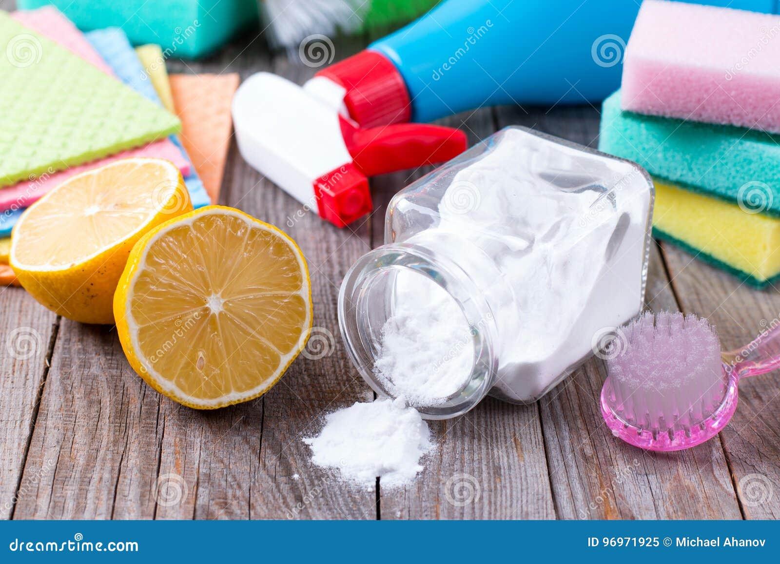Milieuvriendelijk natuurlijk reinigingsmachineszuiveringszout, citroen en doek op houten lijst ter beschikking