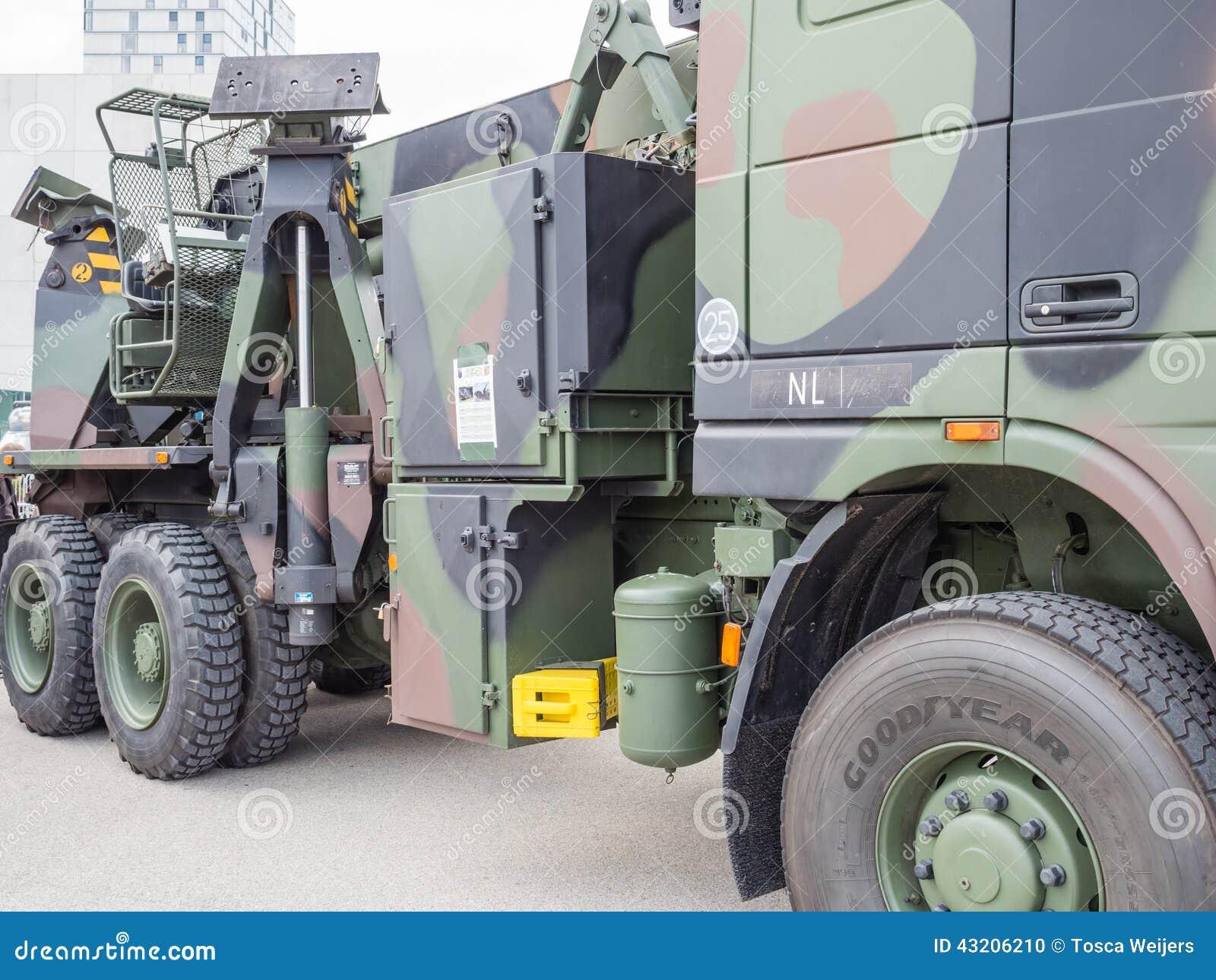 Download Militär bärgningsbil redaktionell foto. Bild av kamouflage - 43206210