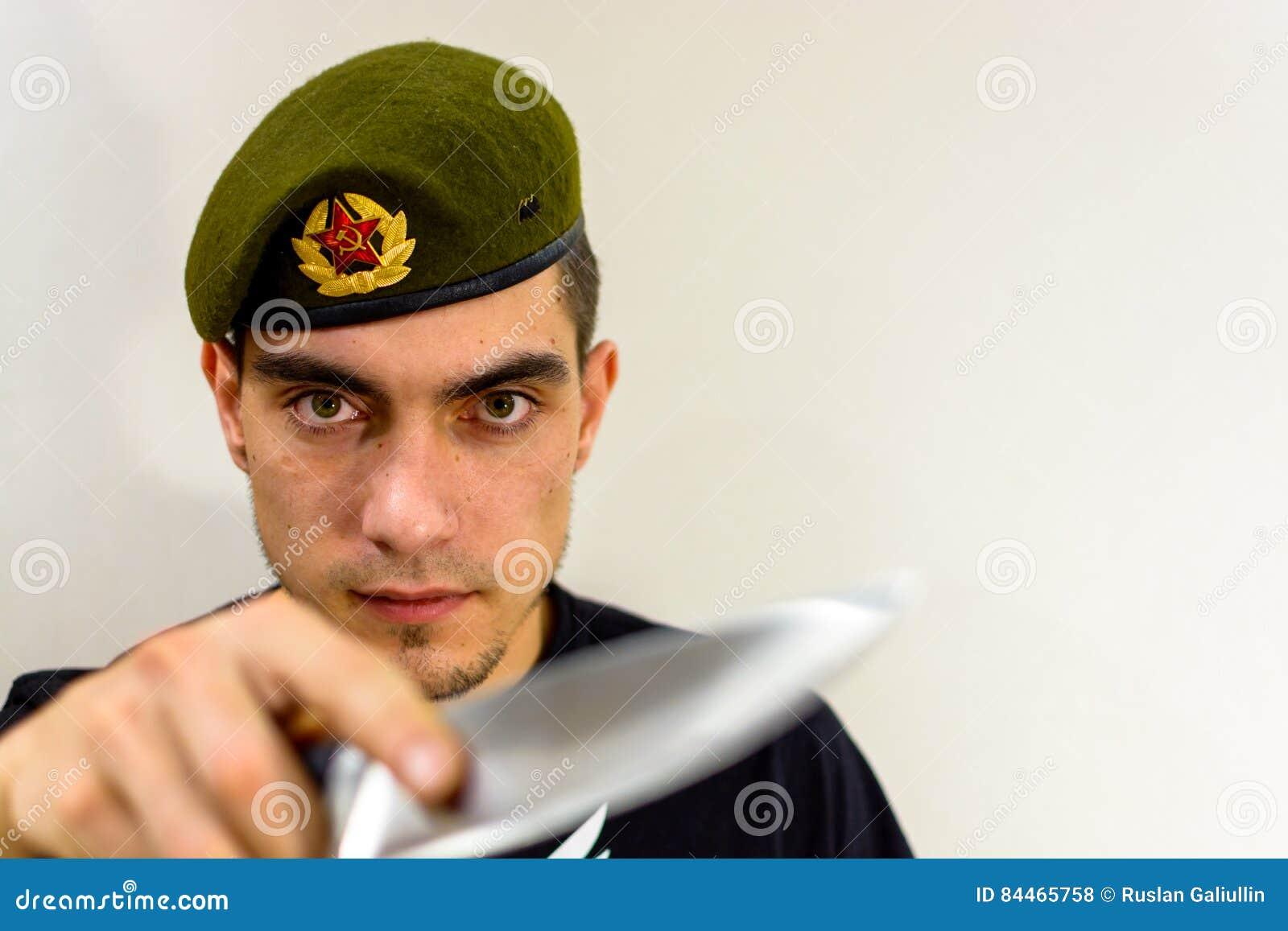 Militär Grön Basker Med En Kniv Arkivfoto - Bild av militär fdce543acbb78