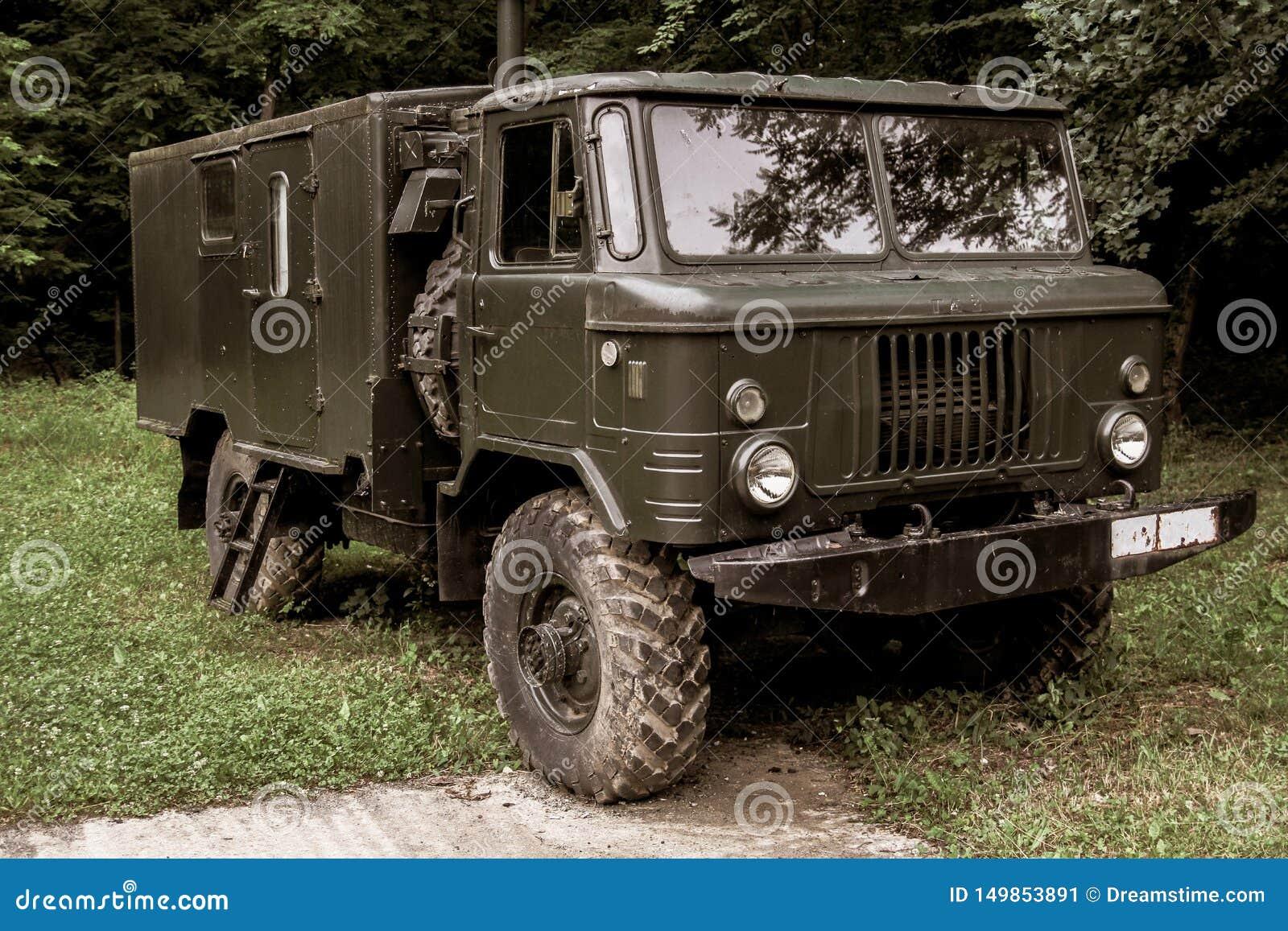 Militär lastbil för gammal tappning som används i krig