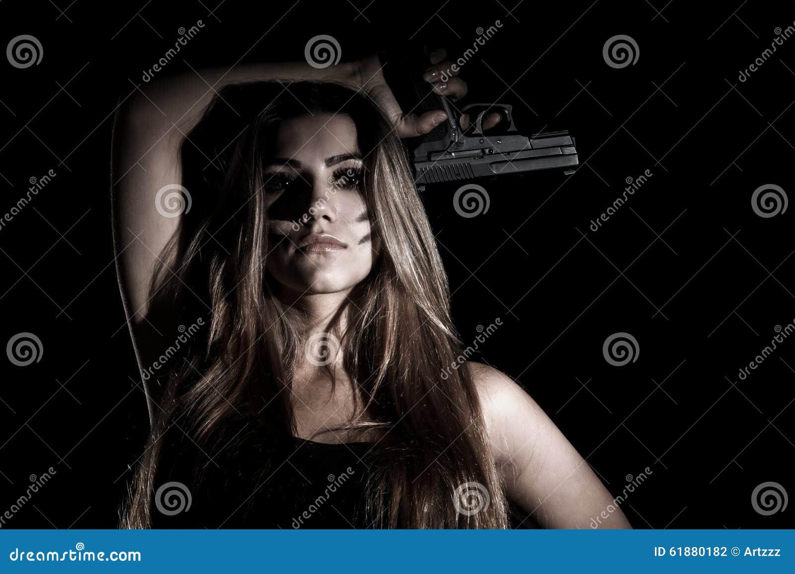 Militärfrau mit einem Gewehr