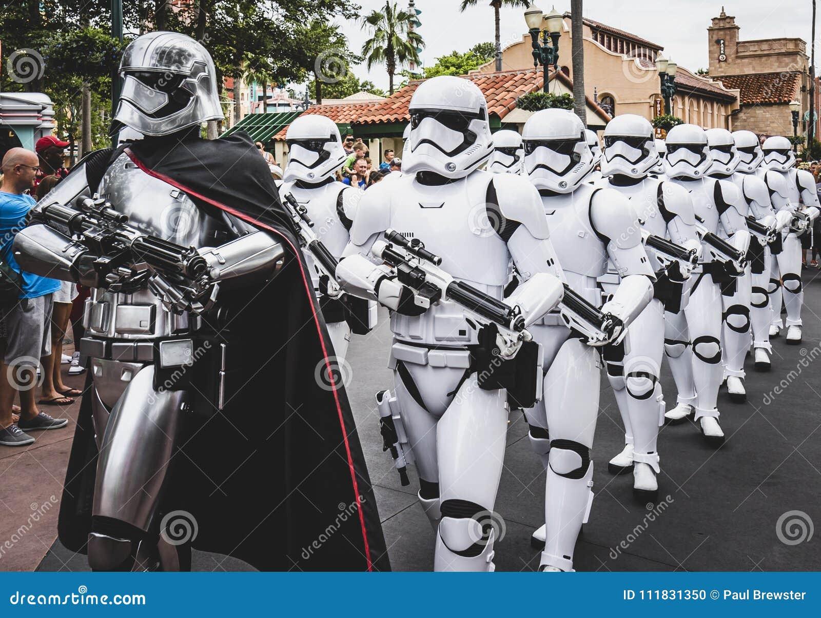 Militärpoliser för storm för stjärnakrig ståtar på på Walt Disney World Florida