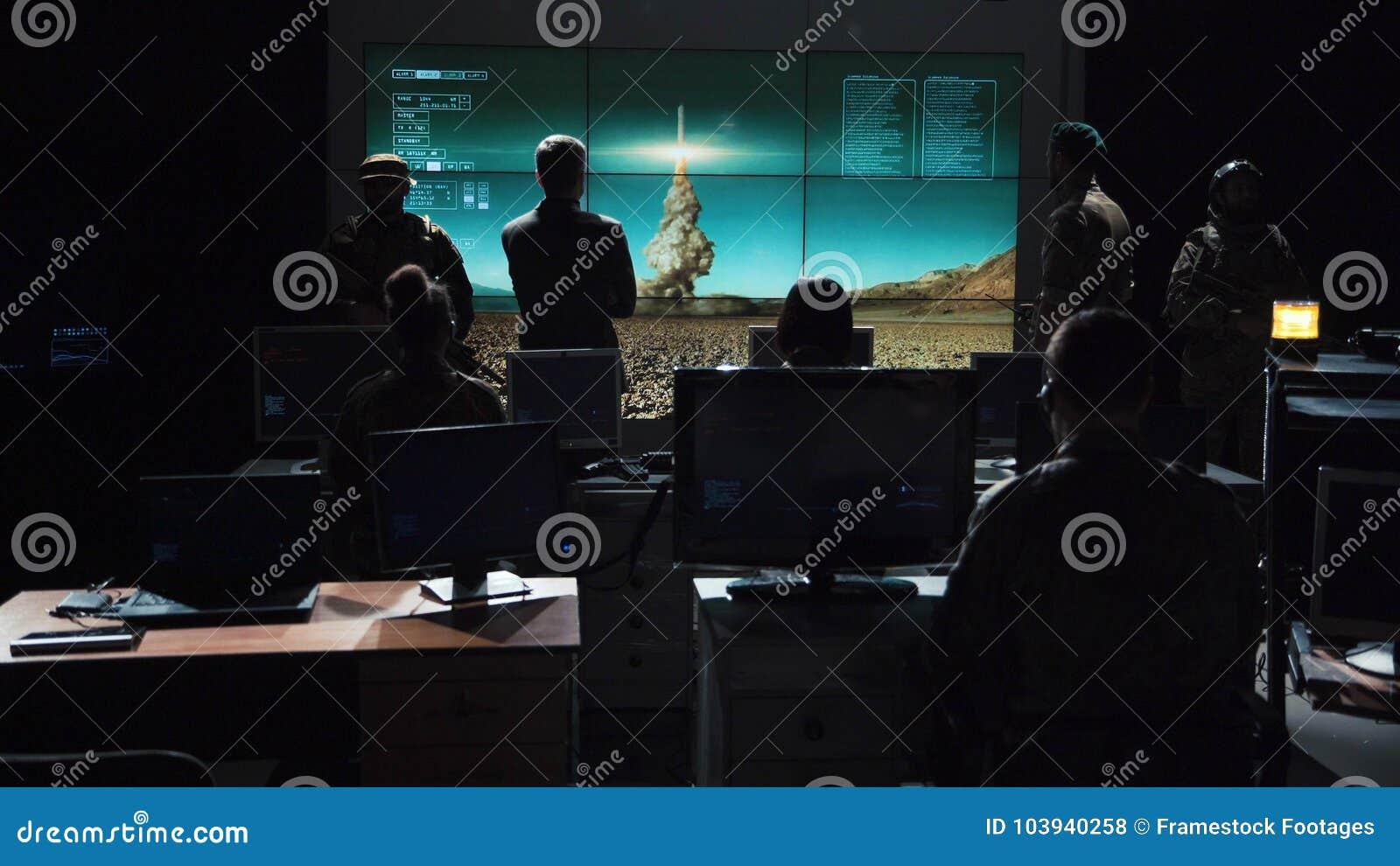 Militärt hållande ögonen på beställningsutförande som lanserar missilen