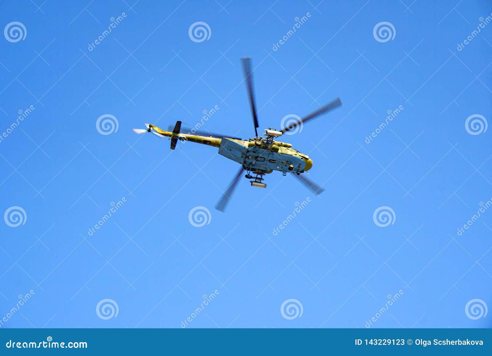 Milit?r helikopter mot den bl?a himlen