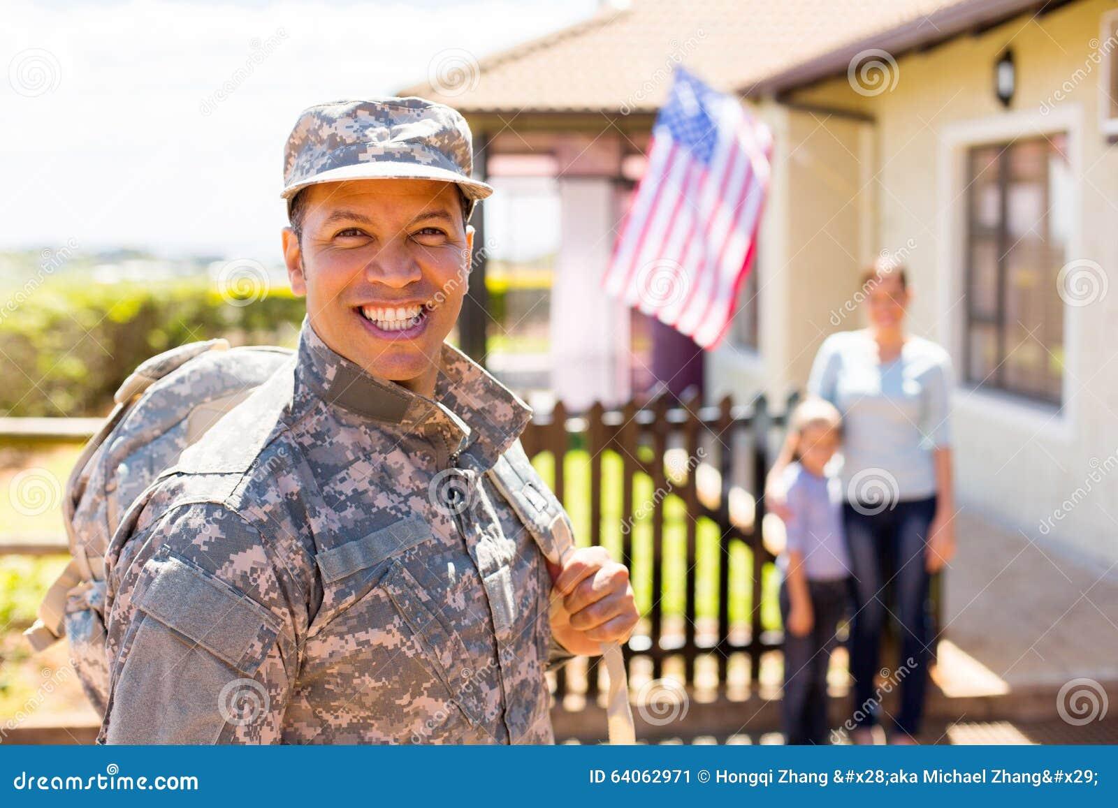 Militair die huis terugkeren