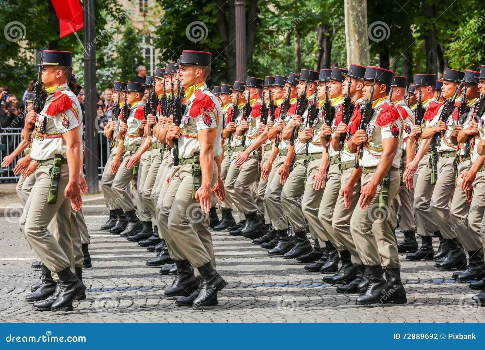 Militaire parade van Nationale Gendarmerie (vervuil) tijdens plechtig van Franse nationale dag, Cham