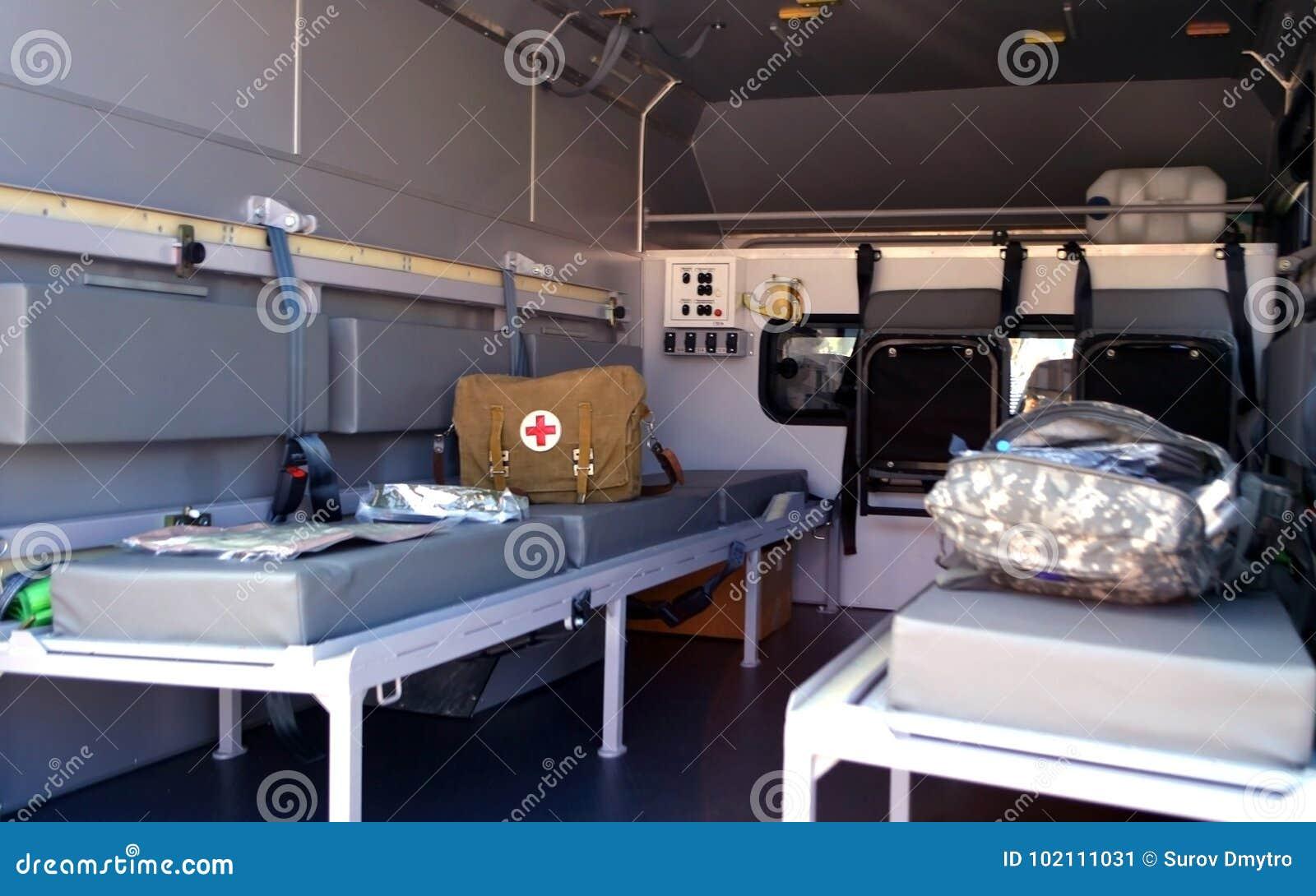 Militaire ziekenwagen binnen De uitrusting van de eerste hulp