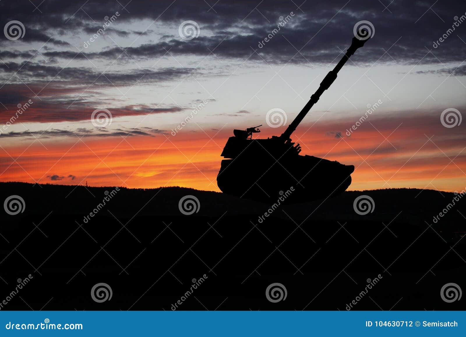 Download Militairen In Volledig Toestel De Militaire Scène Van Het Tanksilhouet Op Hemelachtergrond Stock Foto - Afbeelding bestaande uit vernietiging, artillerie: 104630712
