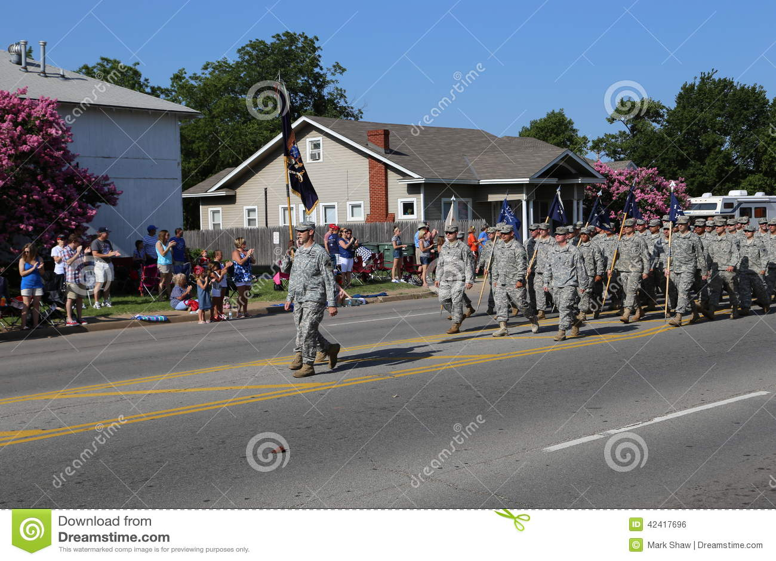 Militaires au défilé