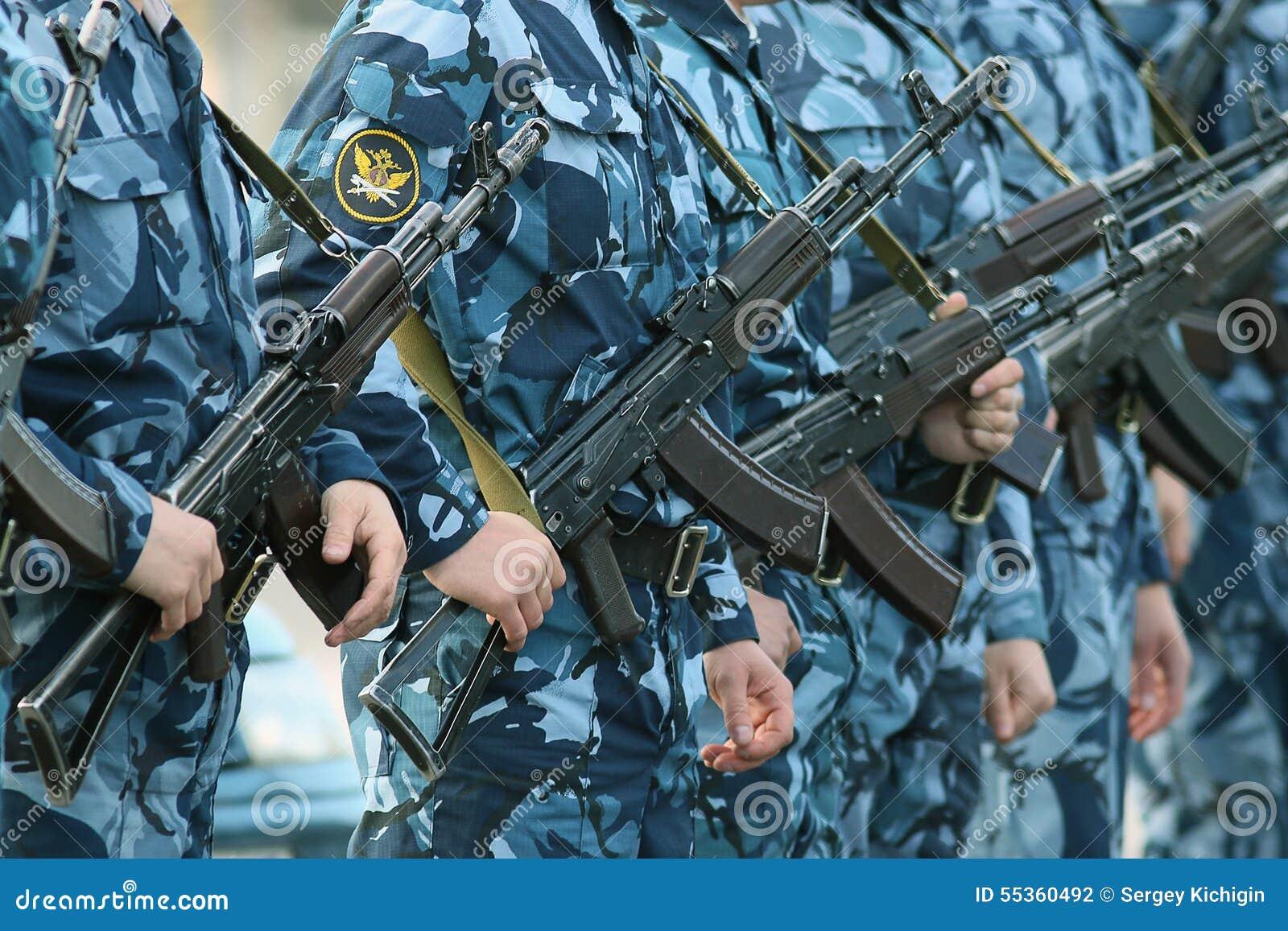 Militari del cammuffamento dell arma
