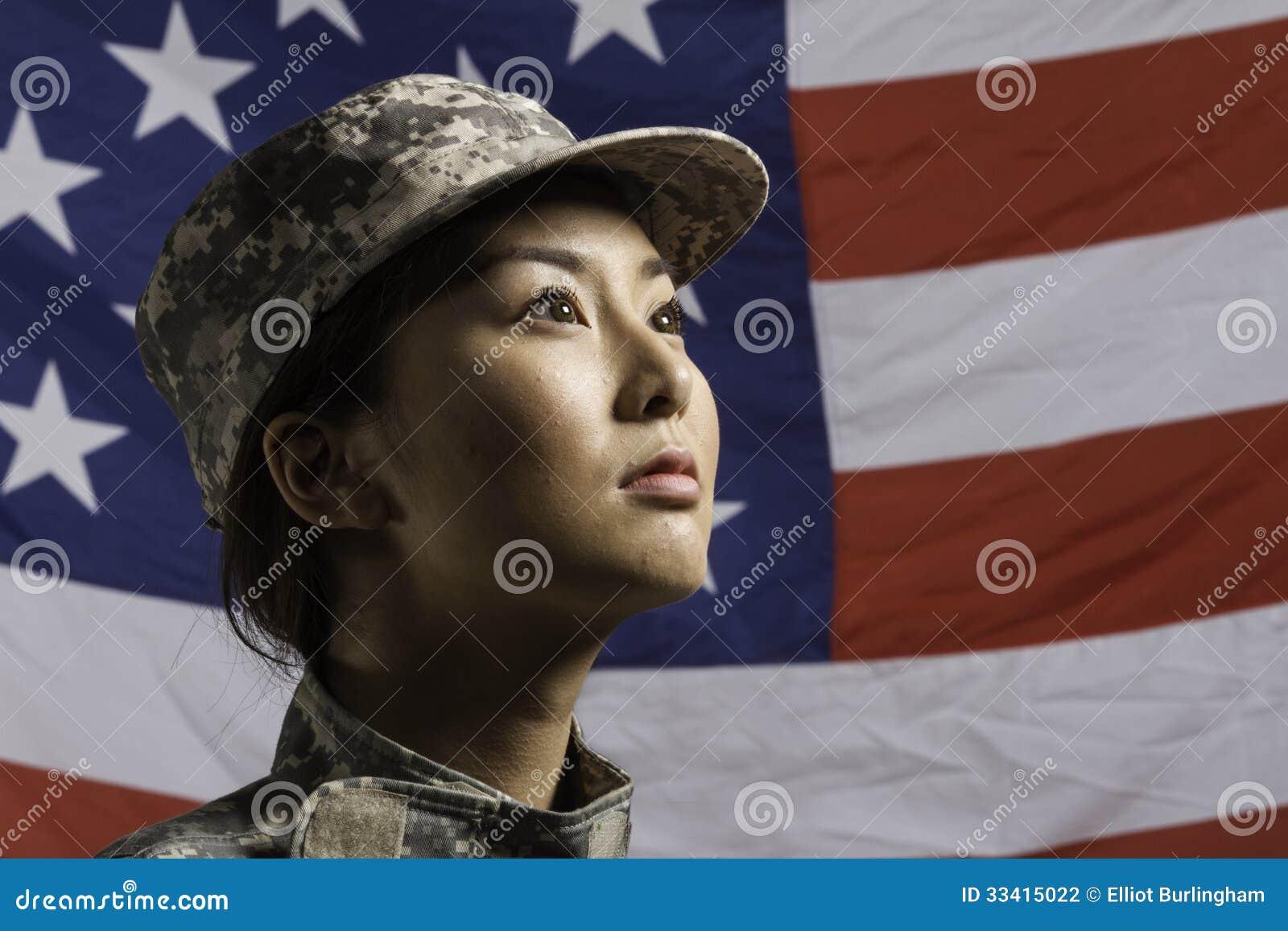 Militarna kobieta przed USA flaga, pionowo Militarna kobieta przed USA flaga, horyzontalną
