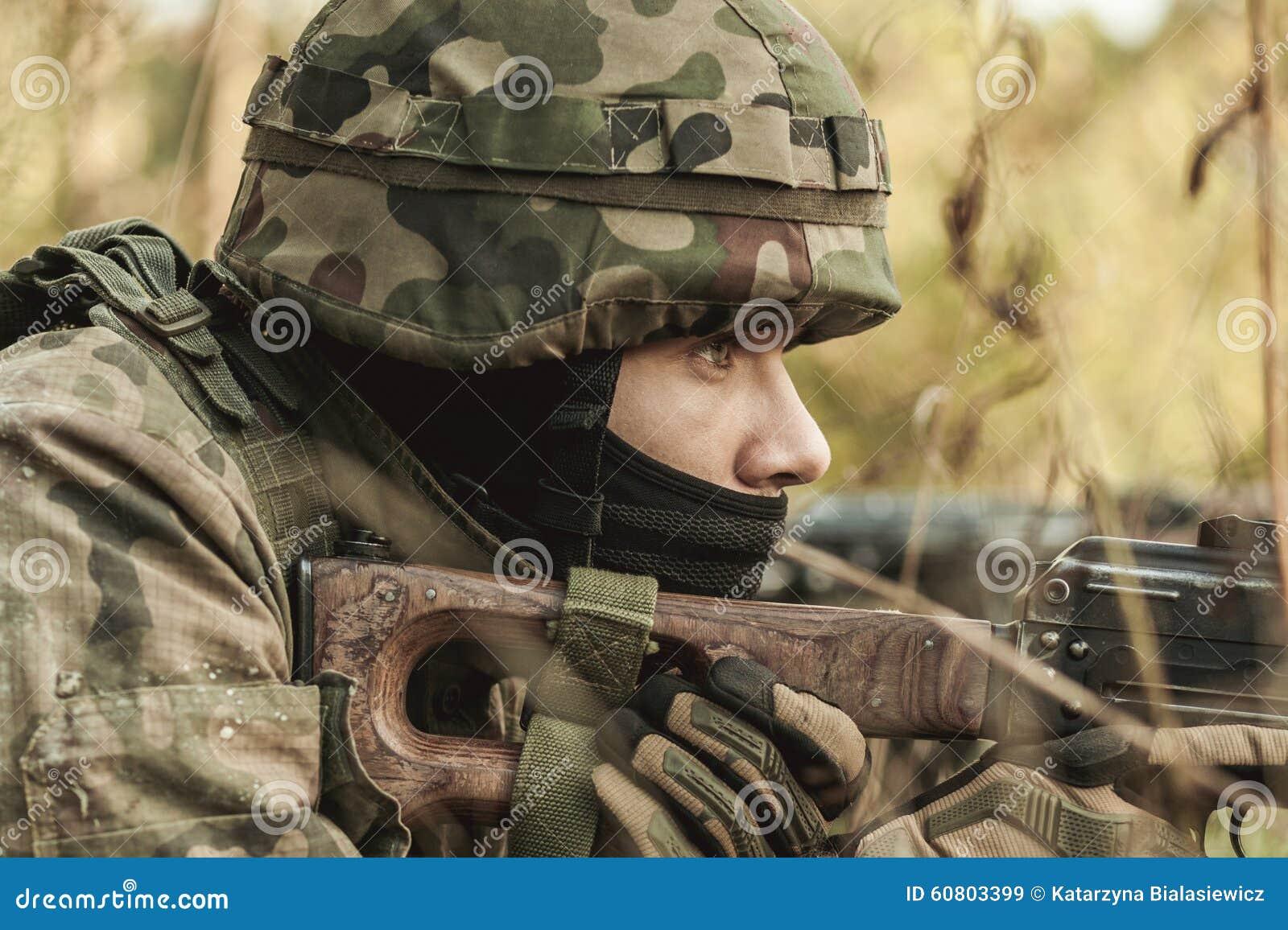 Militarna kobieta z karabinem