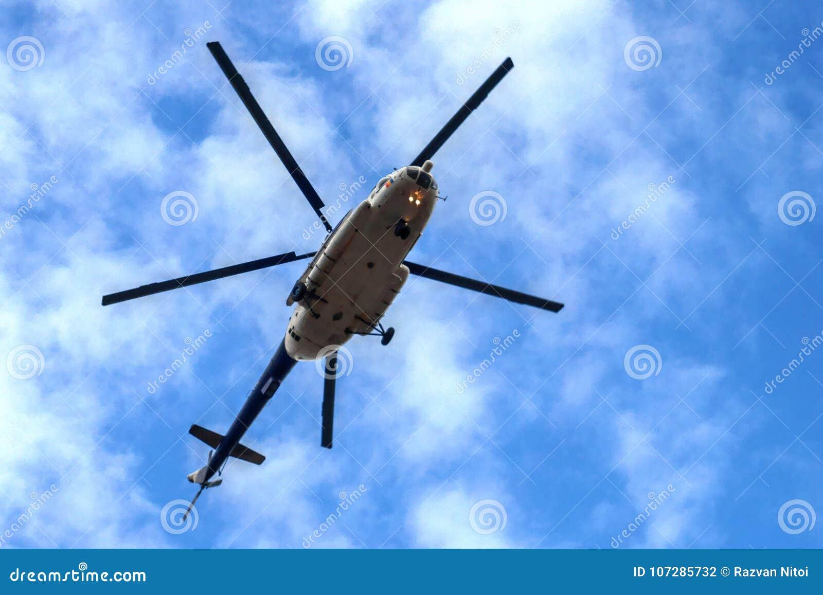 Militarny Śmigłowcowy latanie na niebieskim niebie