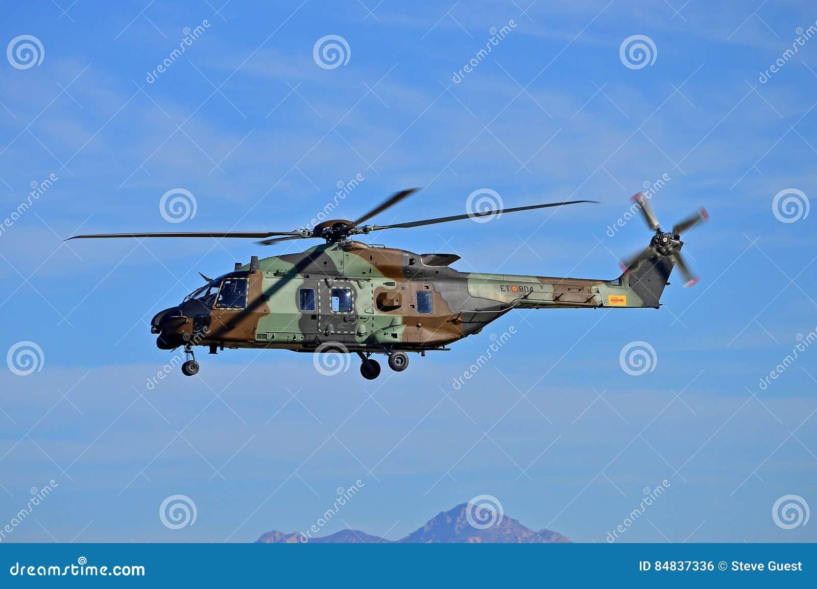 Militarny Helecopter Na patrolu