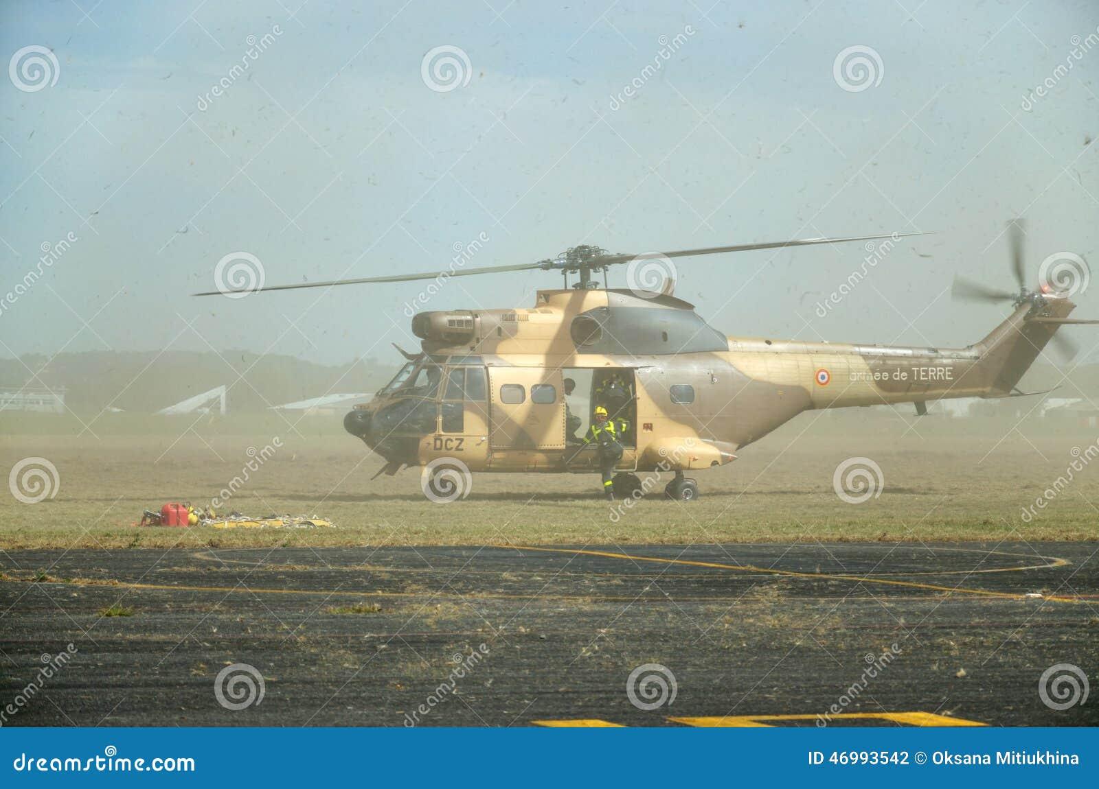 Militarny helikopter podczas ewakuaci