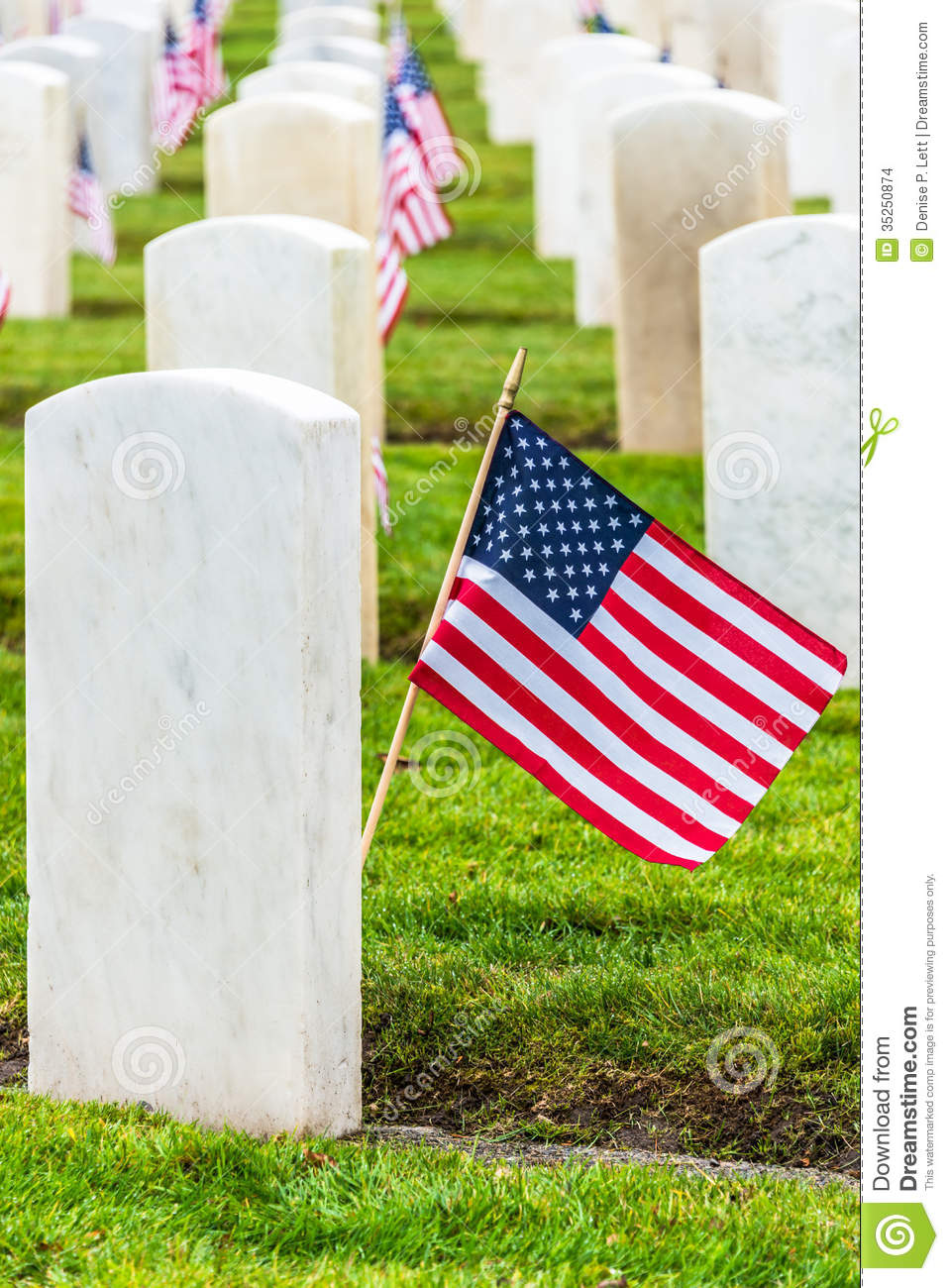 Military Veterans Headstones And American Flags Stock