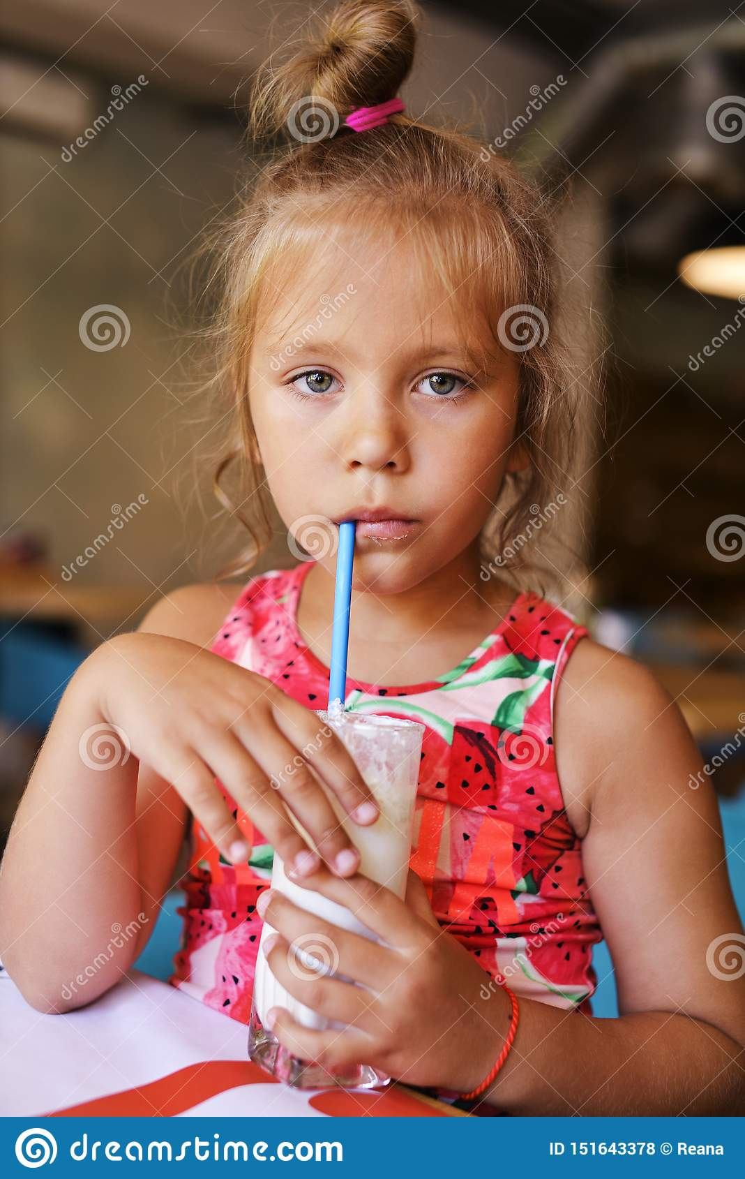 Milk shake bebendo da menina