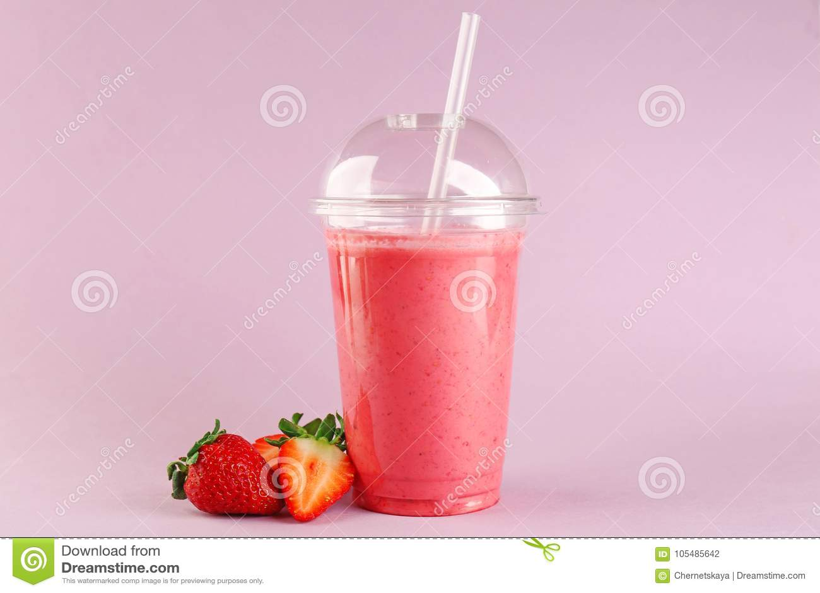 Milk shake delicioso da morango no copo plástico