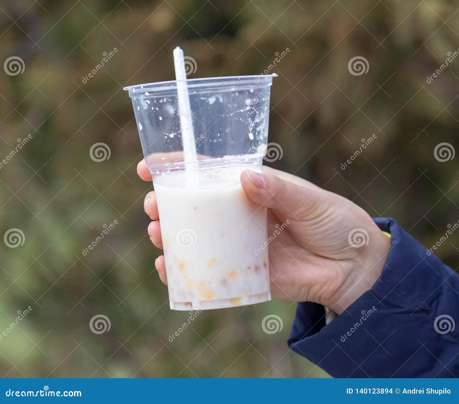 Milkshake in een plastic kop ter beschikking