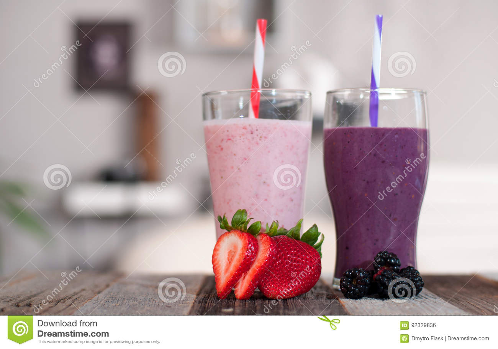 Milkshakes που γίνεται με τα φρέσκες βακκίνια και τις φράουλες σε ένα γυαλί