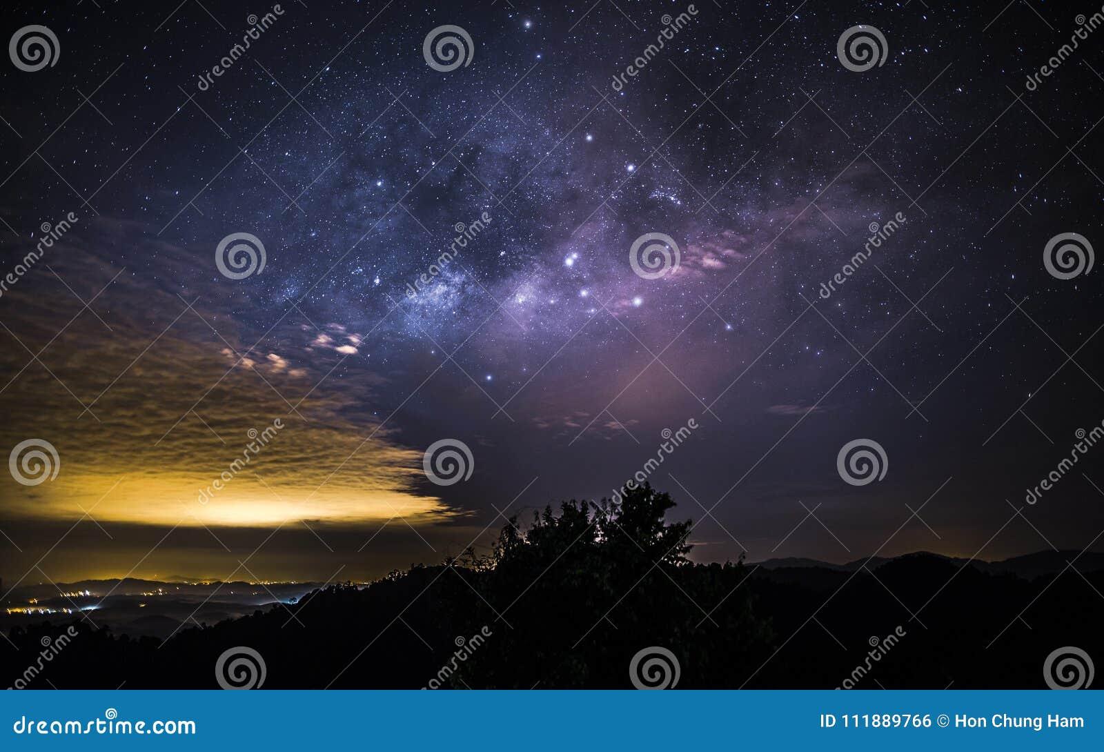 Milky sposób jak przeglądać od Sungai Lembing Pahang Malezja na prawie bezchmurnej nocy
