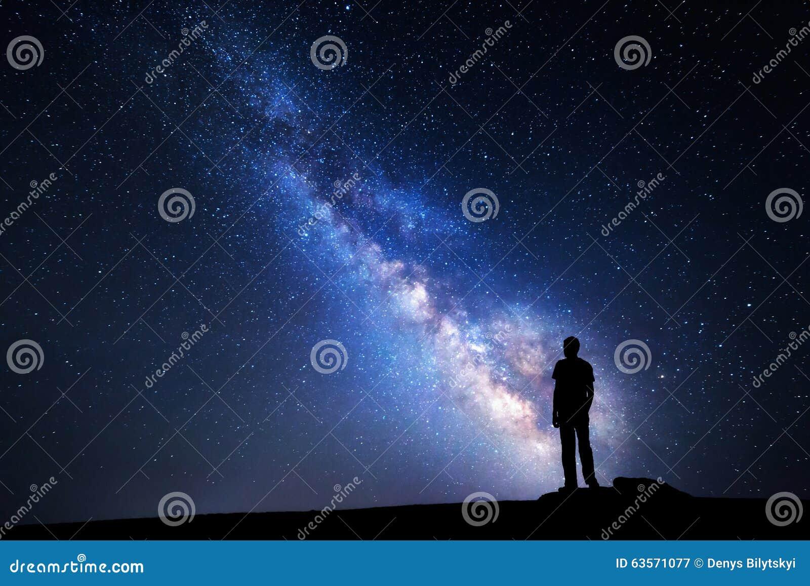 Milky sposób Nocne niebo i sylwetka mężczyzna