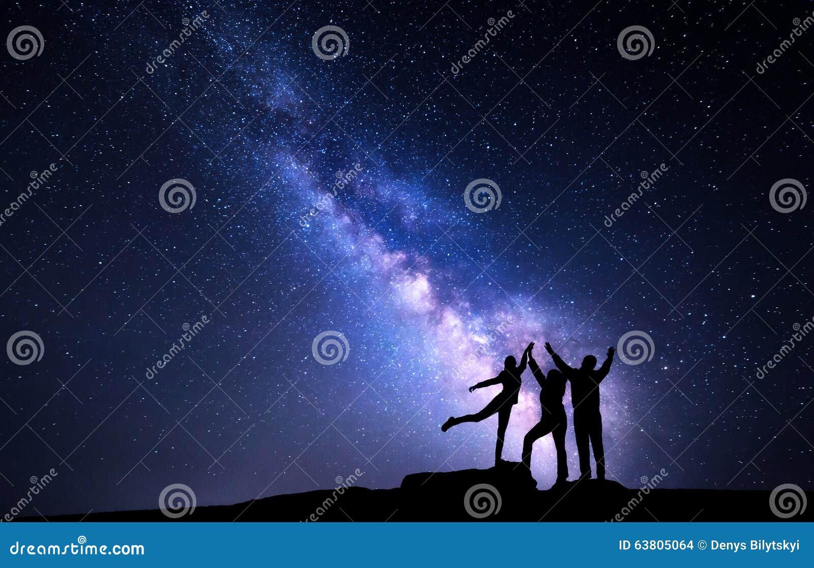 Milky sposób Nocne niebo z sylwetką szczęśliwa rodzina