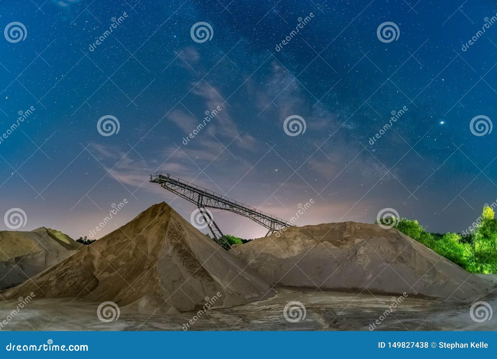 Milkyway sobre uma ponte do transporte - nightshot do longexposure