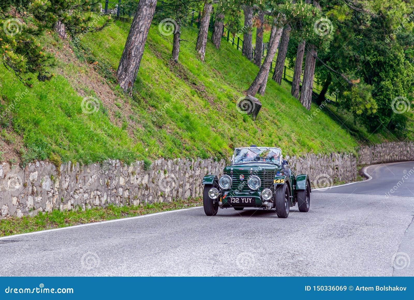 1000 millas 2019, Brescia - Italia 15 de mayo de 2019: La carrera de coches histórica de Mille Miglia Un par que acomete en un vi