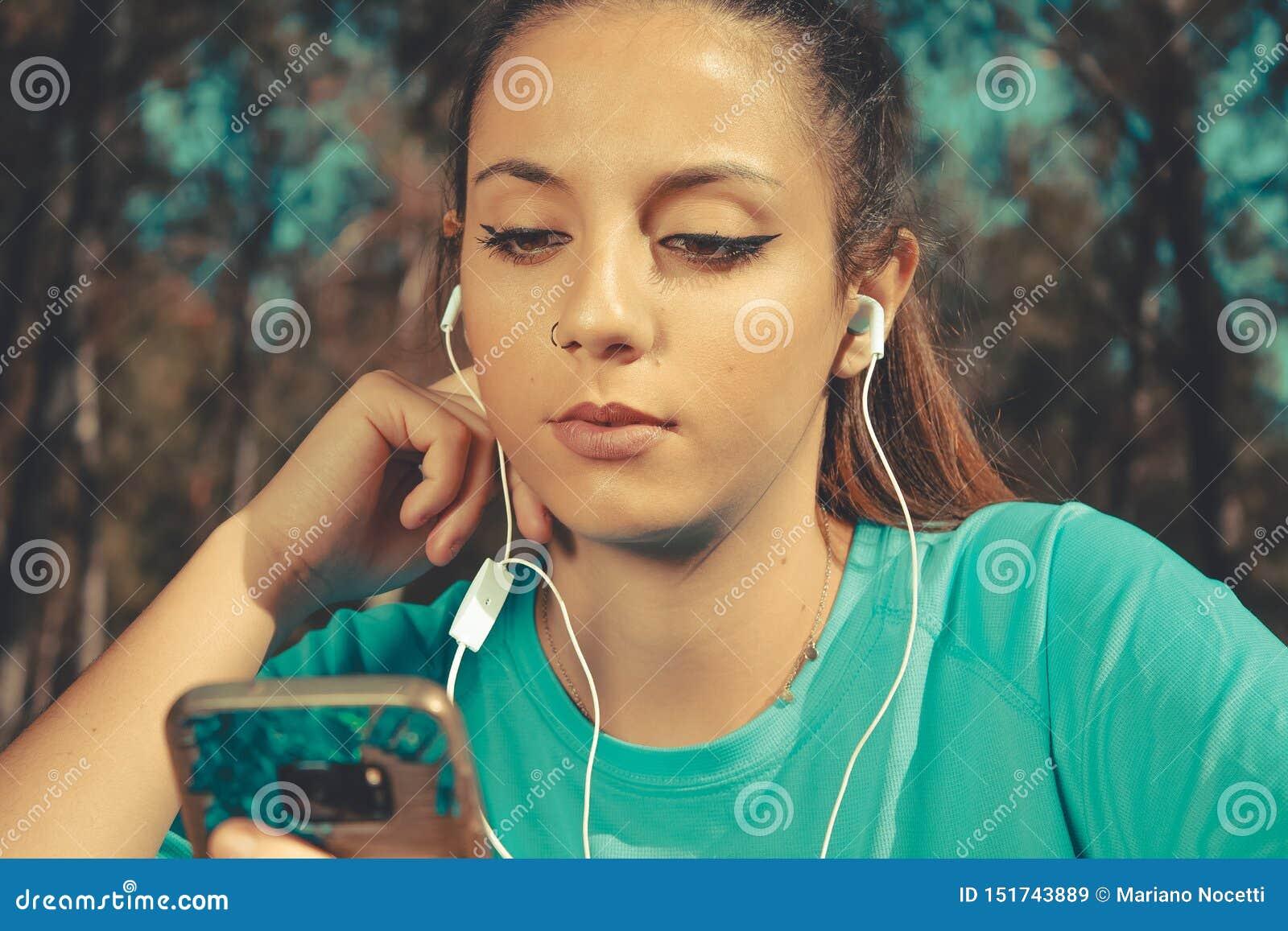 Millenial de la generación conectada por todas partes