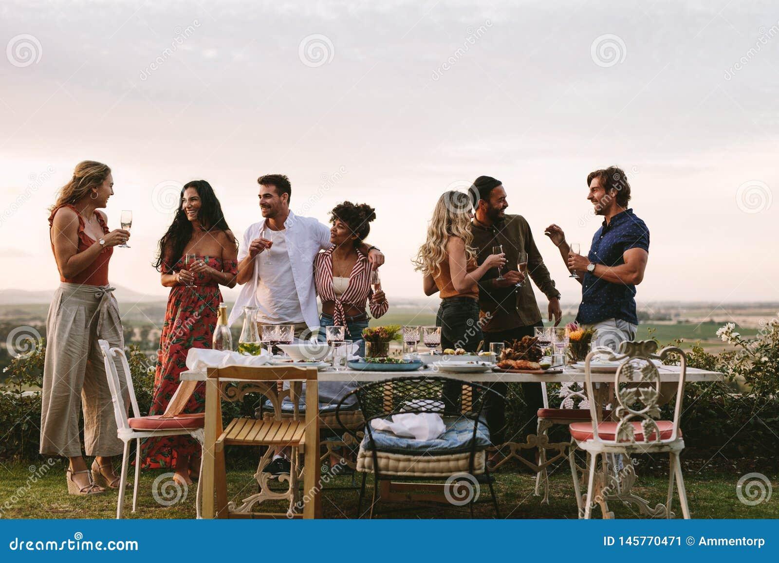 Millennials cieszy si? obiadowego przyj?cia outdoors