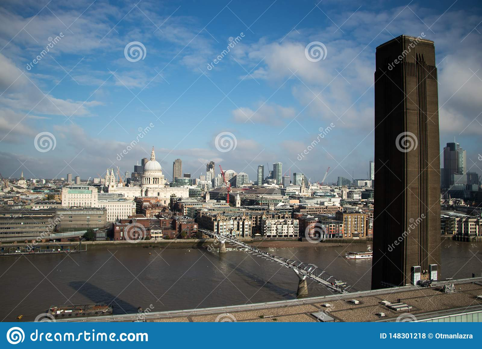Millenniumbrug, St Pauls Cathedral en de Stad van Tate Modern-vooruitzicht