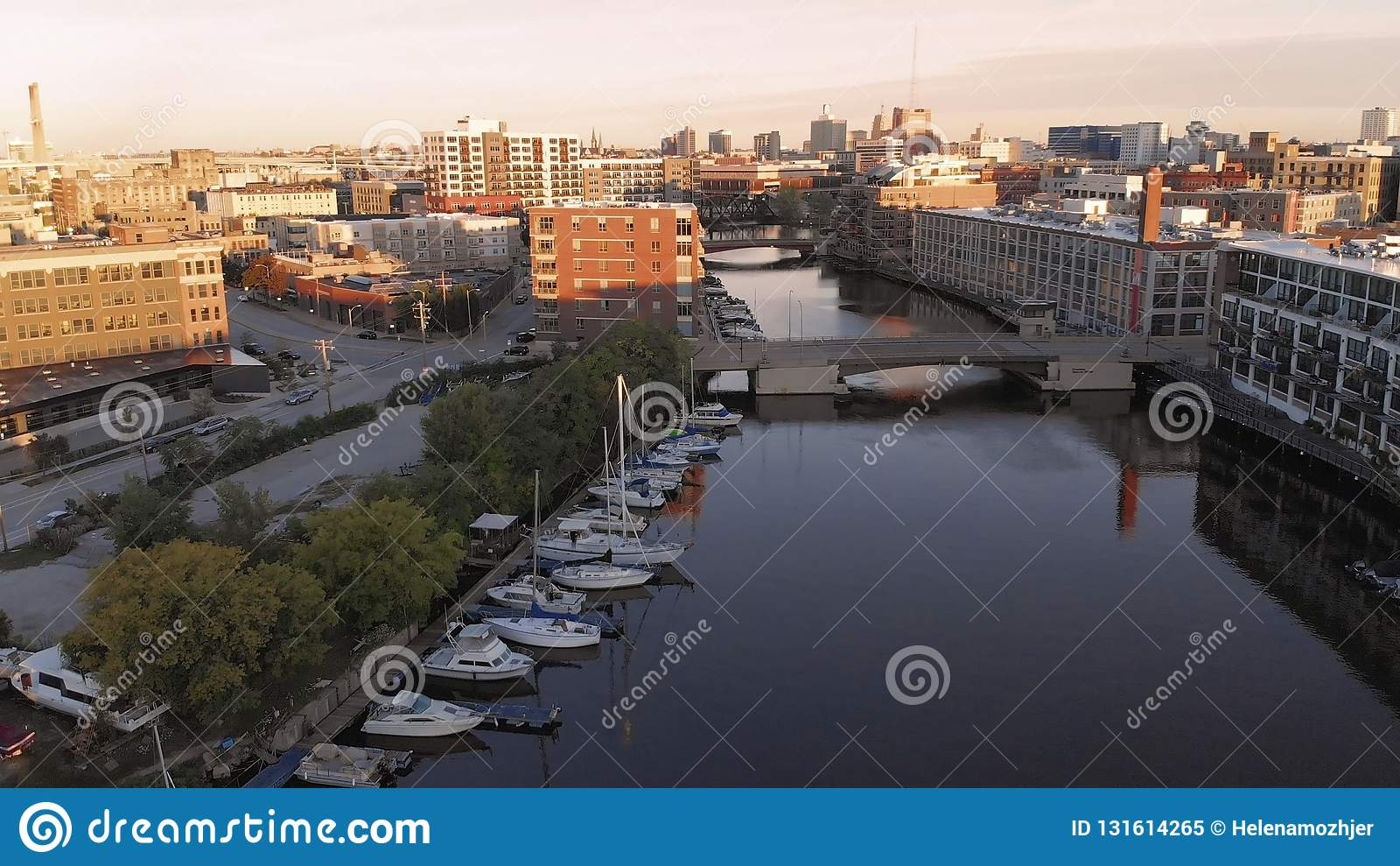 Milwaukee flod i centret, hamnområden av Milwaukee, Wisconsin, Förenta staterna Fastighet andelsfastigheter i centrum flyg- sikt