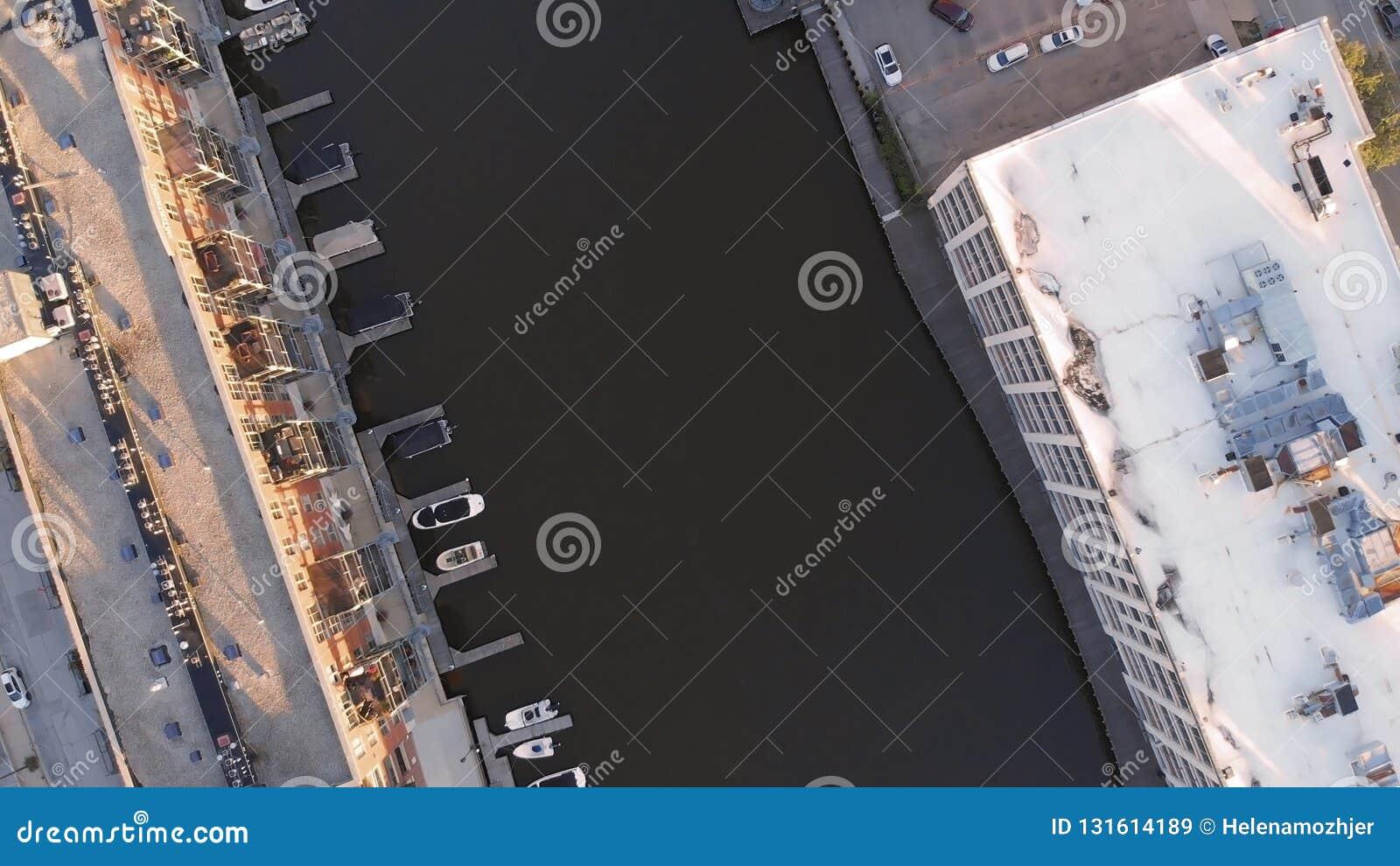 Milwaukee-Fluss im Stadtzentrum, Hafenbezirke von Milwaukee, Wisconsin, Vereinigte Staaten Immobilien, Eigentumswohnungen im Stad