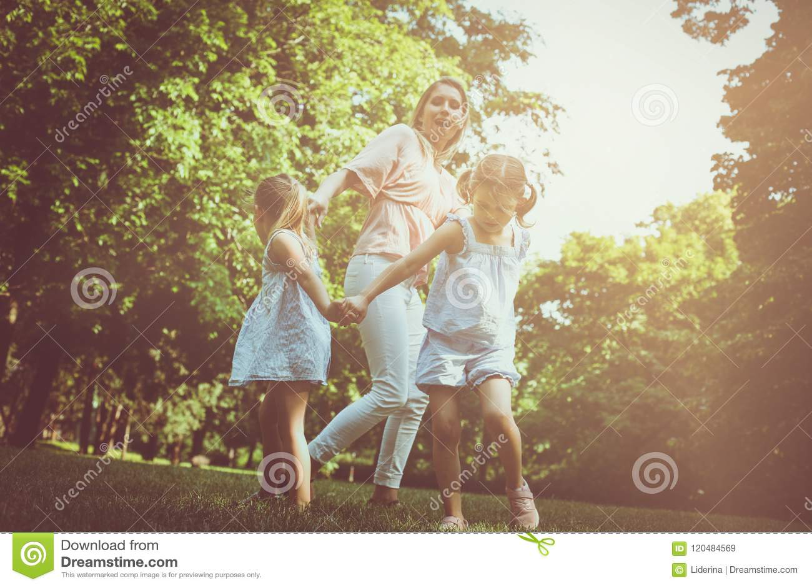 Mime a jugar en prado con su pequeña hija dos