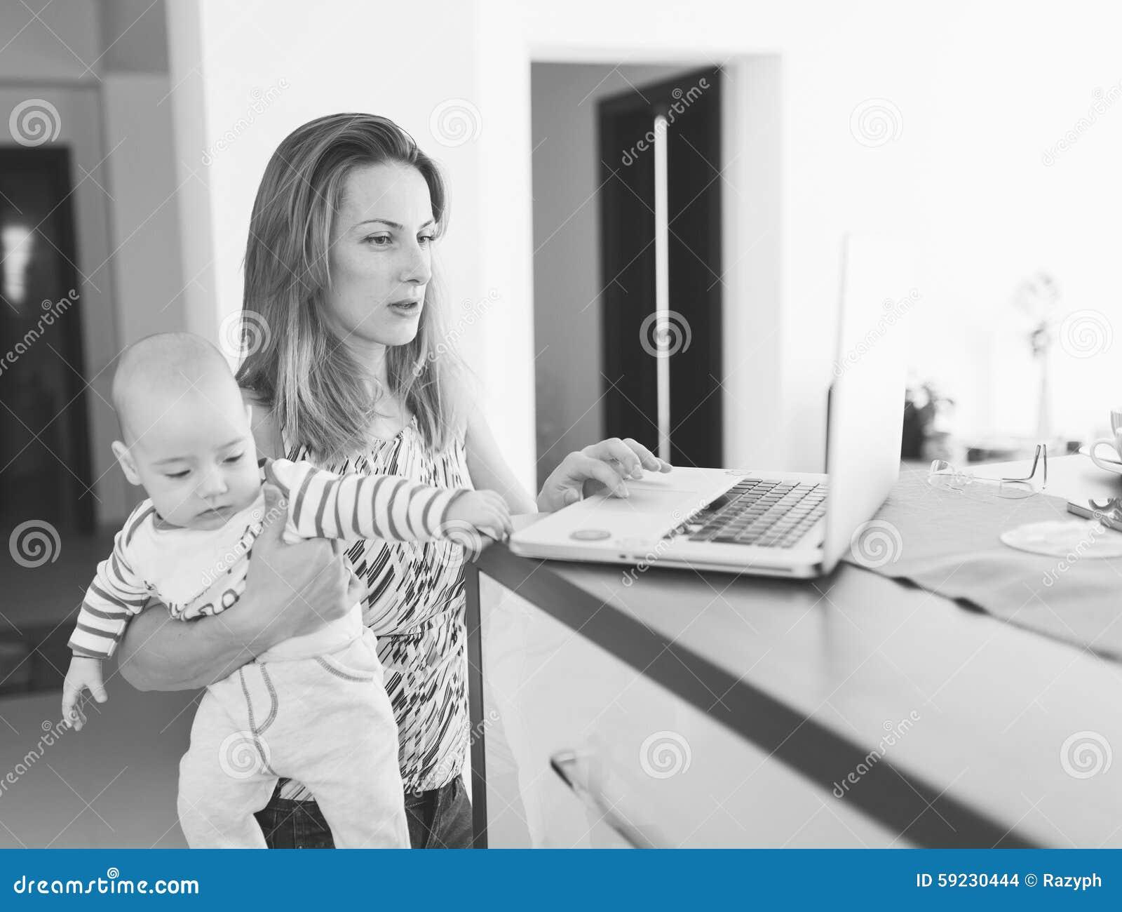 Download Mime A Trabajo En El Ordenador Portátil Y A Detener Al Bebé En Brazos Foto de archivo - Imagen de actividad, concentrado: 59230444