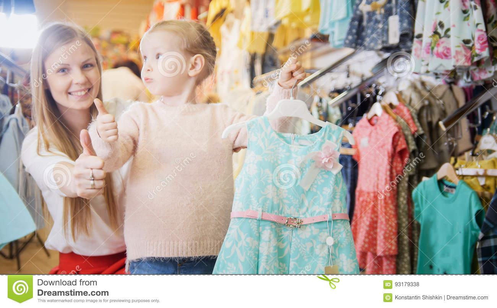 670856f4f996 Mime Y Su Pequeña Compra De La Hija Un Vestido Azul Del Verano Foto ...