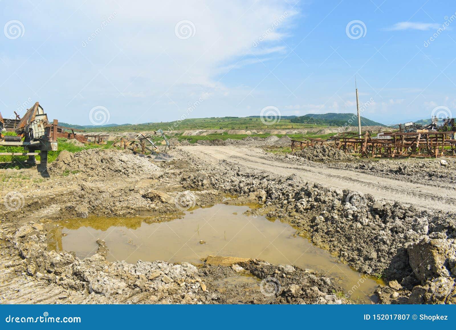 Mina de carvão enorme do poço aberto feita com máquinas escavadoras, os carregadores, os caminhões e as máquinas de empilhamento