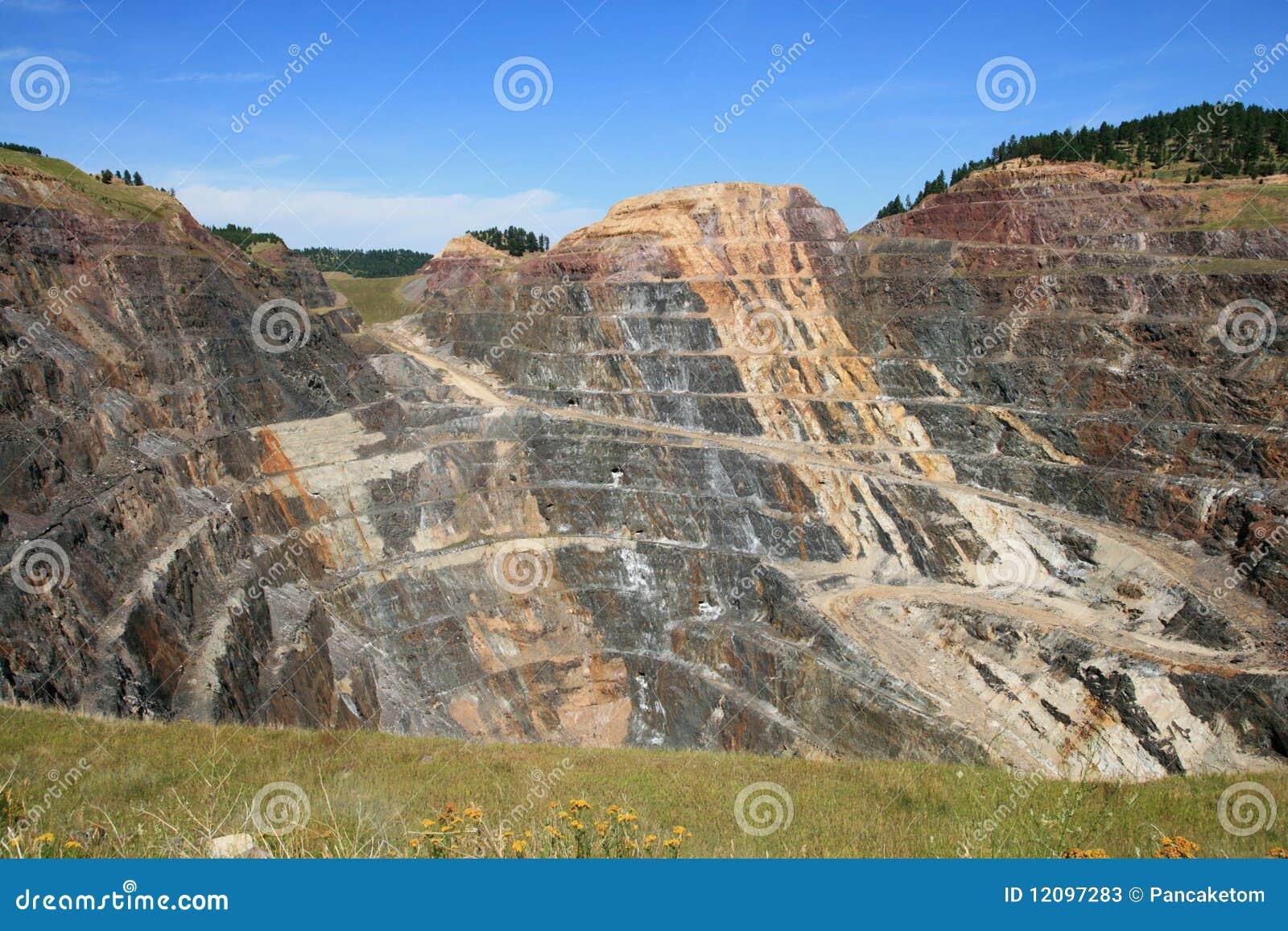 Mina de ouro do poço aberto