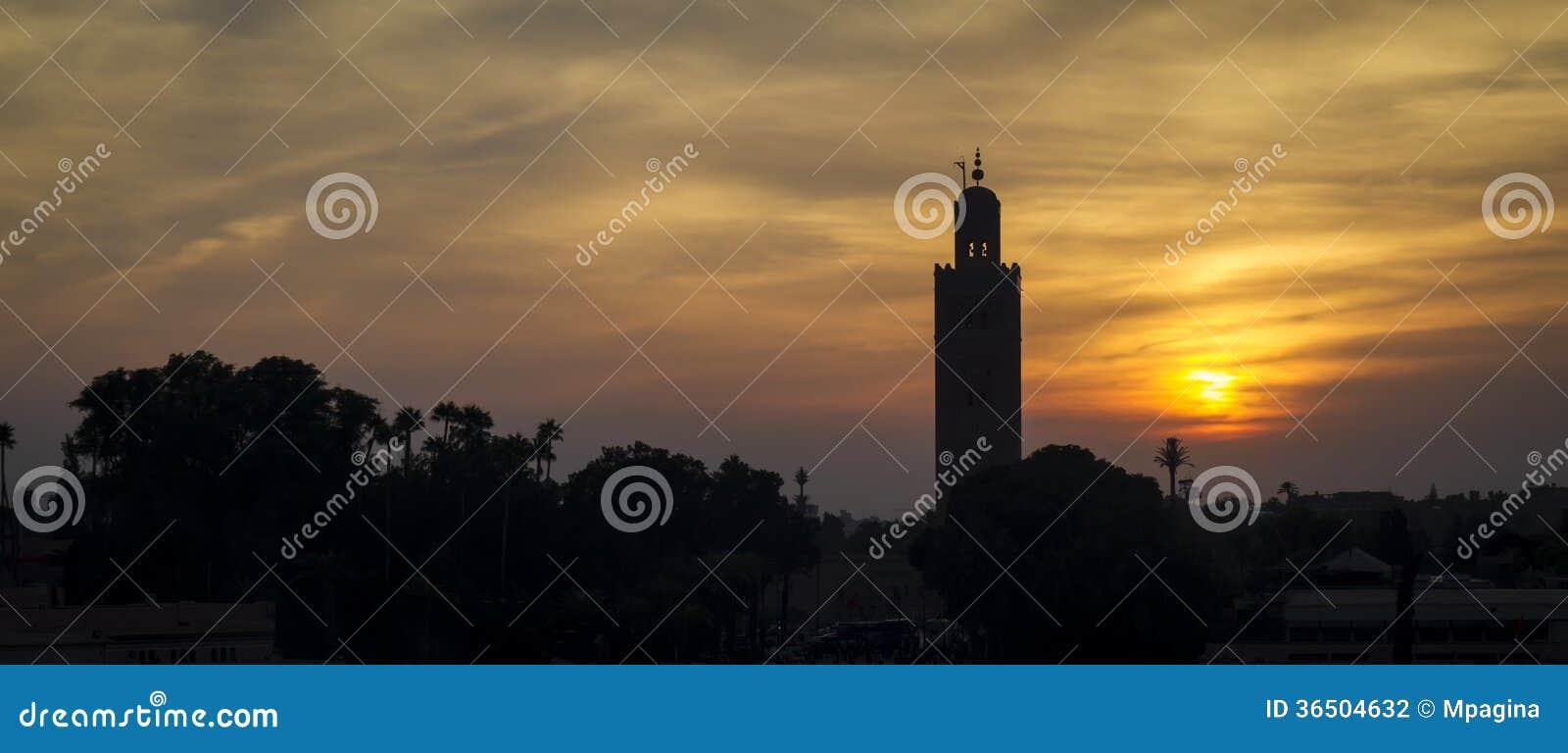 Minaret sur le coucher du soleil