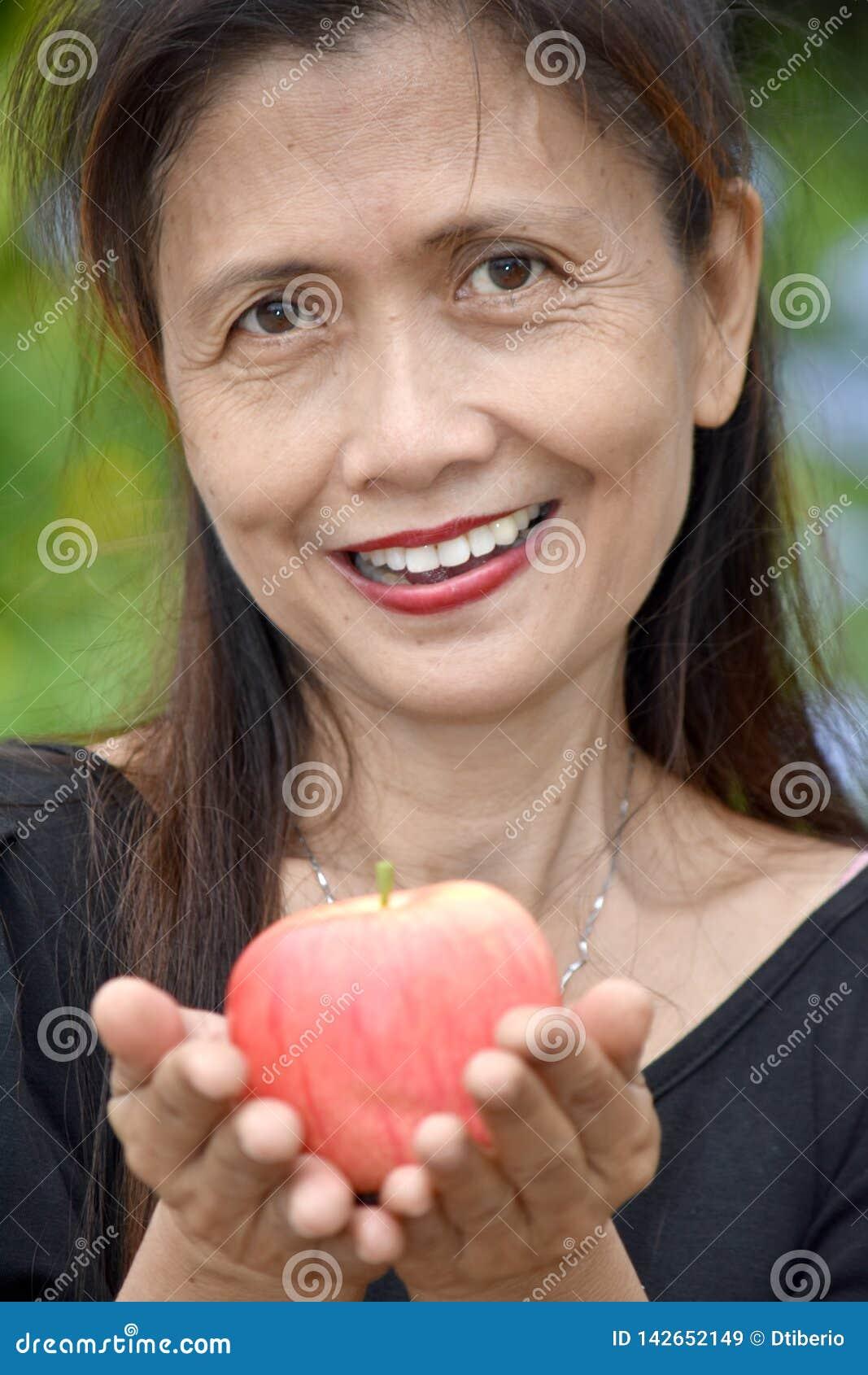 Minderheids Vrouwelijke Oudste die met Apple glimlachen