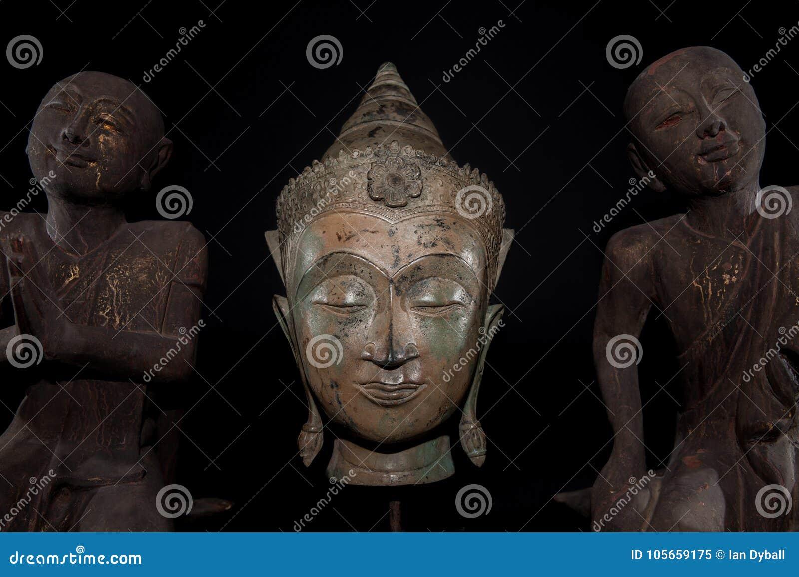 Mindfulness, meditation och bön Traditionellt buddha huvud med