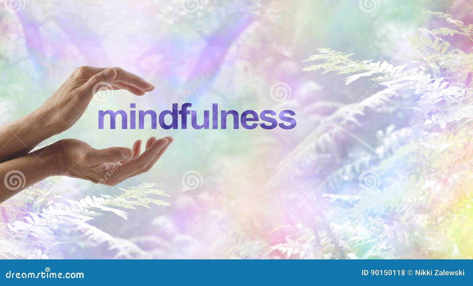 Mindfulnessmeditation som omges av den overkliga naturen