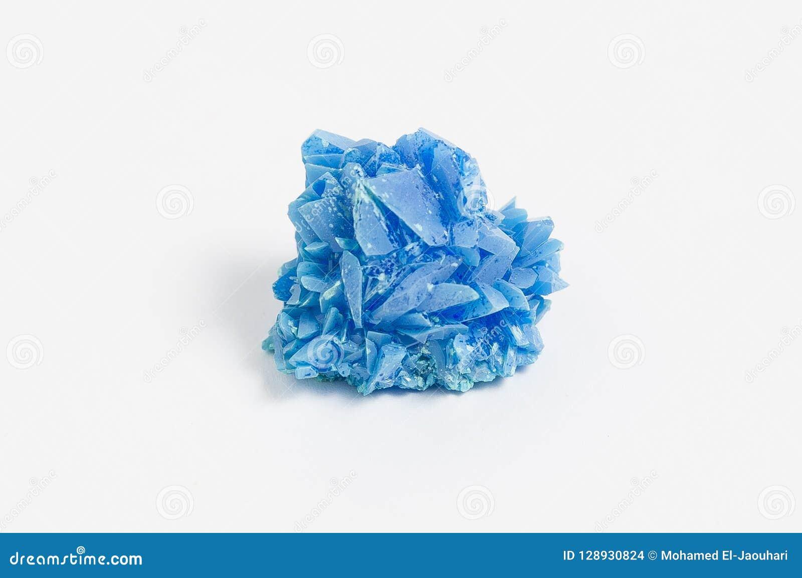 Minerale di calcantite su fondo bianco, anche conosciuto come il solfato di rame è pienamente colorato solfato solubile in acqua