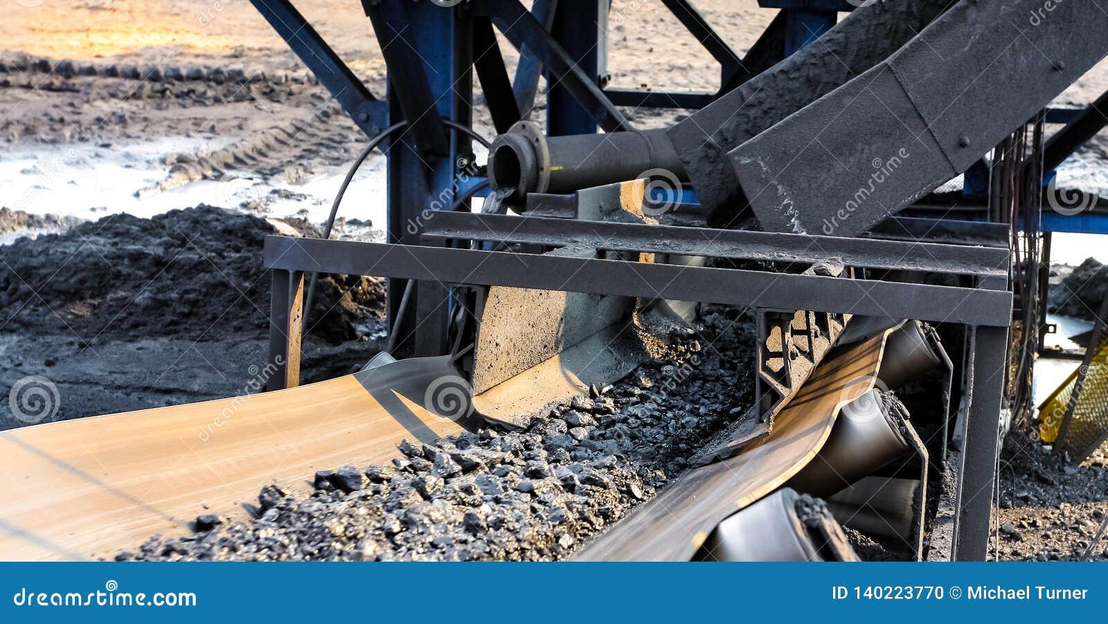 Minerale metallifero del carbone su un nastro trasportatore per elaborare